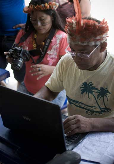 Jairo Saw, Munduruku historian, takes notes on a laptop during the assembly at Dace Watpu village. Photo by Anderson Barbosa of the Anderson Barbosa / Fractures Collective