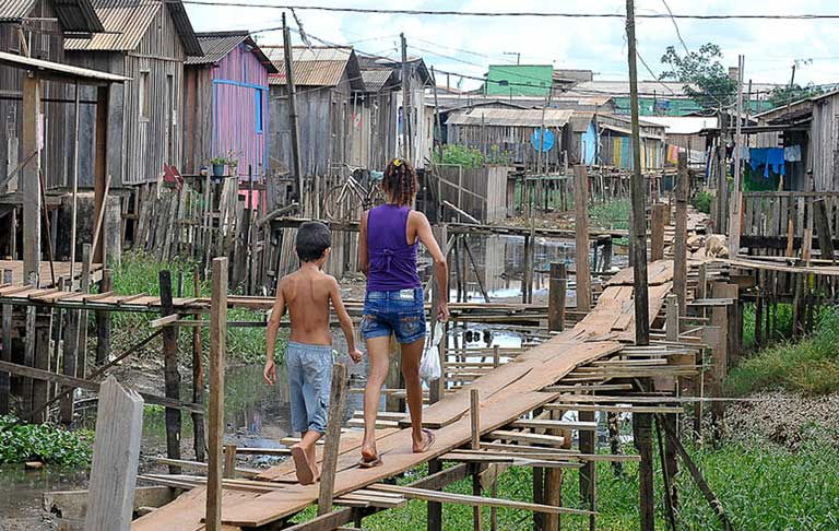 Stilt houses lacking septic systems in Altamira. Photo by Valter Campanato courtesy of Agencia Brasil.