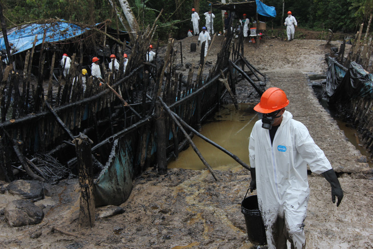 Despite barriers of wood and plastic set up to contain crude oil that spilled from a pipeline near Chiriaco, heavy rains washed oil downstream to the Chiriaco and Marañón rivers. Photo by Barbara Fraser.