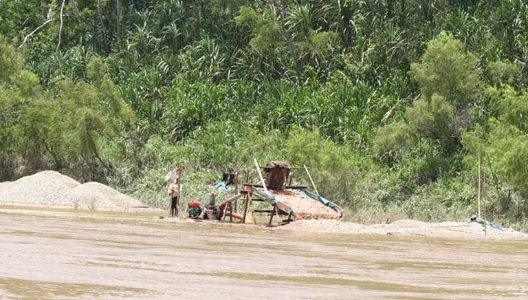 A small-scale gold mining operation. Miners in the Tapajós Basin have entered increasingly into conflicts with indigenous groups due to conflicting land claims. The Indians claim they have been on the land for centuries, while the miners claim the land is empty when they stake claim to it. Photo by Rhett A. Butler